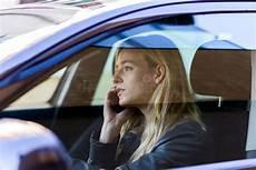 Junge Frau Die Am Telefon Beim Fahren Des Autos Spricht