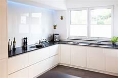 Küche Weiß Modern - moderne hochglanz k 252 che in wei 223 mit k 252 cheninsel bora