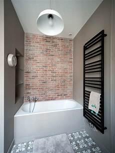 baignoire avec incorporée stanza da bagno industriale con pareti marroni foto