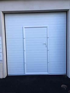 porte garage motorisée pose d une porte de garage sectionnelle motoris 233 e avec