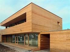einfamilienhaus modern holzhaus flachdach holzfassade