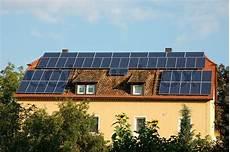 Haus Auf Dem Dach - haus mit sonnenkollektoren auf dem dach stockfoto