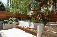 überdachte sitzecke im garten senkgarten mit sitzplatz gestalten modern gemauerte