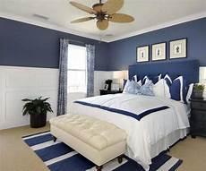 schlafzimmer blau weiß schlafzimmer gestalten in wei 223 und blau wei 223 er lederhocker