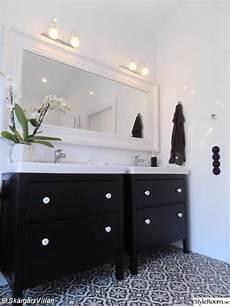 salle de bain en noir et blanc carrelage motifs meubles