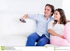 entspannen zu hause paare die sich zu hause 252 berwachenden fernsehapparat entspannen stockfotografie bild 26707732