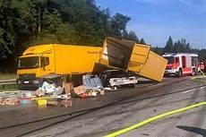Unfall A8 Gestern - crash zwischen zwei lastwagen bringt verkehr auf der a8