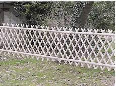 cloture de jardin barri 232 res ch 226 taignier piquets cl 244 ture bois jardin