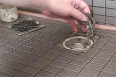 dusche abfluss öffnen duschabfluss reinigen wenn der abfluss der dusche