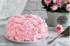 decorazioni con panna montata perfetta come torta di compleanno o torta per la festa della mamma semplice e scenografica