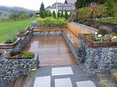 terrassen am hang terrassen sitzplaetze holz gartengestaltung gartenbau