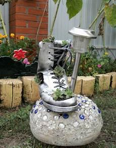 Gartengestaltung Selber Machen Bilder - diy home garden decor idea with a shoe planter and succulents