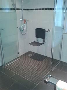 dusche behindertengerecht umbauen sklerose f 246 rdert 246 pfe f 252 r den barrierefreien