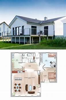 bungalow haus in hanglage mit walmdach architektur