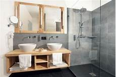 salle de bain gris bois carrelage salle de bain grise et bois en 37 id 233 es de d 233 co