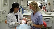assistente poltrona dentista assistente alla poltrona di studio odontoiatrico aso