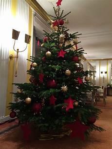 weihnachtsbaum rot silber geschmückt christbaum in der klassischen variante geschm 252 ckt mit