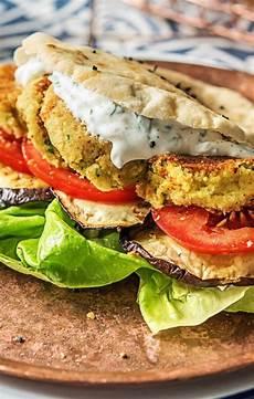 selbstgemachte falafel im pitabrot mit zweierlei