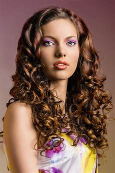 lockige festfrisur f 252 r lange haare offen gestylt lange
