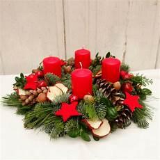 weihnachtlich dekorieren mit naturmaterialien adventskranz frisch rot weihnachten dekoration
