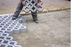 Einfahrt Günstig Befestigen - worker paving new parking places stock image image of