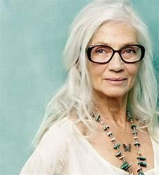 celebrating women with long grey hair 40 plus style silver agence de top mod 232 les de plus de 40 ans paris long gray hair chic short hair