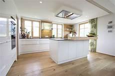küchen weiß hochglanz k 252 che wei 223 hochglanz eichenboden elemente aus altholz