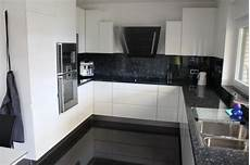 weise kuche mit schwarzer schwarzer boden kuche