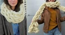 un snood et une echarpe tricotes avec les bras tricot