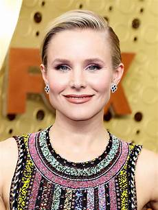 Kristen Bell The Secret To Getting Kristen Bell S Colorful Emmys