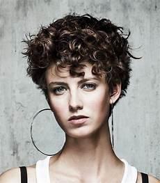 coupe cheveux courts bouclés coiffure femme cheveux courts boucles