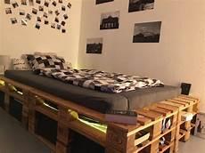 palettenbett mit led und stauraum selber bauen diy bett