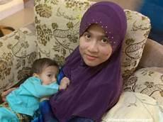 Gaya Jilbab Ibu Menyusui Ala Putri Astinia