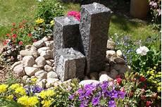 Garten Springbrunnen Aus Stein - gartenbrunnen materialien gartenbrunnen