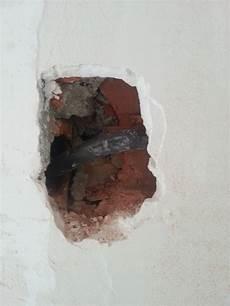 Comment Boucher Un Trou Non Vide Dans Un Mur En Briques Ou
