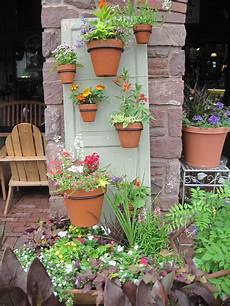 décoration de jardin a rescued door or shutter used as a vertical garden