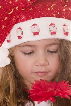 bambino sente l odore di bambina sveglia mangia un panino immagine stock