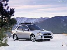 Kombi Srebrne Subaru Impreza Na Pulpit
