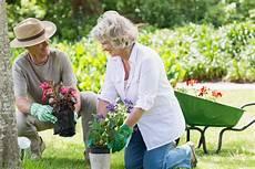 Arbeiten Im Garten - die freude am garten auch im alter behalten 59plus