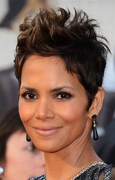 halle berry spiked hair halle berry short hairstyles looks stylebistro