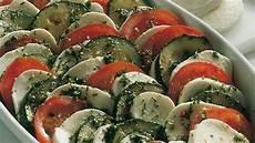 zucchini tomaten salat tomaten zucchini salat mit mozzarella bild der frau