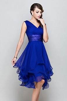 femme robe de cocktail bleu royal col en v en mousseline