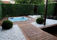 terrasse mit holz landschafts und gartengestaltung weisser kies holz