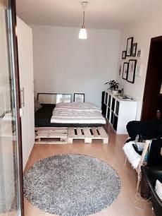 Palettenbett Im Modernen Zimmer Palettenbetten