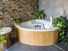 une baignoire d angle dans la salle de bains de christel 224