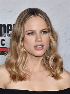halston sage medium wavy cut shoulder length hairstyles