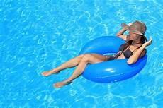 bagno in piscina in how to stay cool this summer on the gold coast