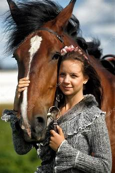 fille ado avec le cheval marron photo 52426301