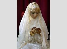 Hiasan di atas kepala membuat sang pengantin terlihat
