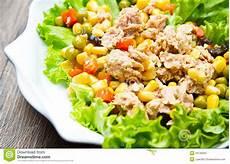 Thunfischsalat Mit Mais - thunfischsalat mit mais stockbild bild sommer